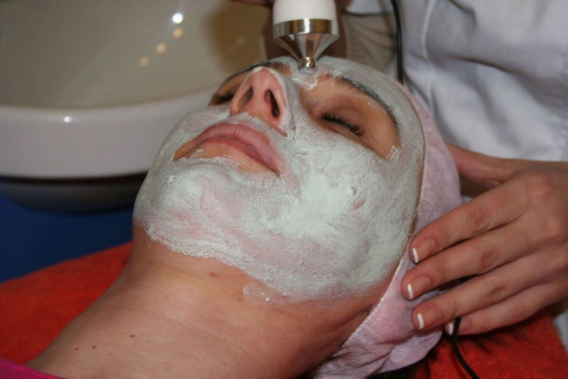 Moisturizing face mask protects from the harsh seasonal effects